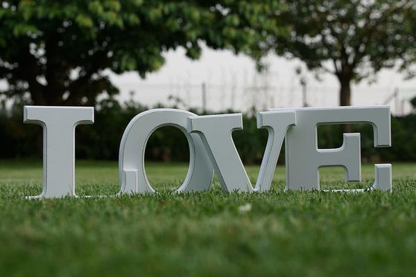 napis love na wesele w Warszawie