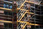 Szerokie rusztowanie do pracy na budowie